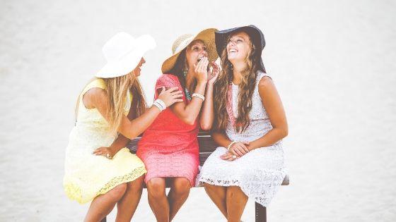 女性3人笑っている