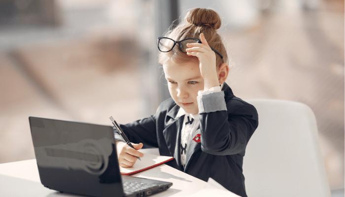 【画像】仕事をしている女の子